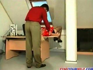 russische MILF bekommen von ihrem jungen Chef verführt