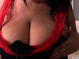 Brunette, der Spaß mit ihrer enormen Größe Titten