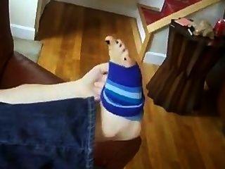 Socken und essen Süßigkeiten aus ihren eigenen stinkende Füße Riechen