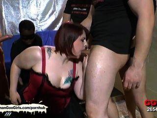 sexy bbw Babe kim bekommt ihr Mund von einer Gruppe von Jungs gefickt