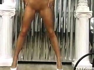 High Heels Mädchen tragen verbreitet ihre Muschi und ihren Arsch