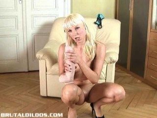 enge europäische Blondine ihre Muschi mit einem brutalen Dildo Füllung