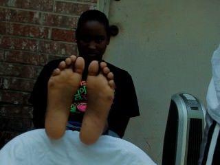 schwarze Frau kitzelte