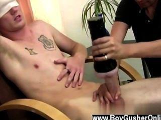 Homosexuell Porno können Sie beobachten, dass er die Idee genießt und er beginnt zu streicheln