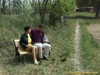 Schlampe bekommt anal Fick im Park