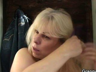 blonde Oma bekommt von einem Fremden geschraubt