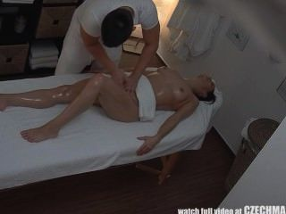 Teenager-Mädchen wird hart ficken auf massagetable