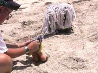 grausam gekitzelt am Strand, geknebelt und mit verbundenen Augen