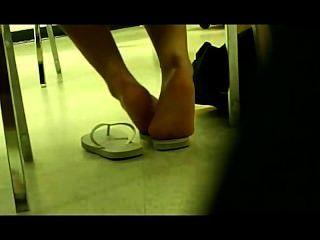 Deutsch Mädchen Füße in libary